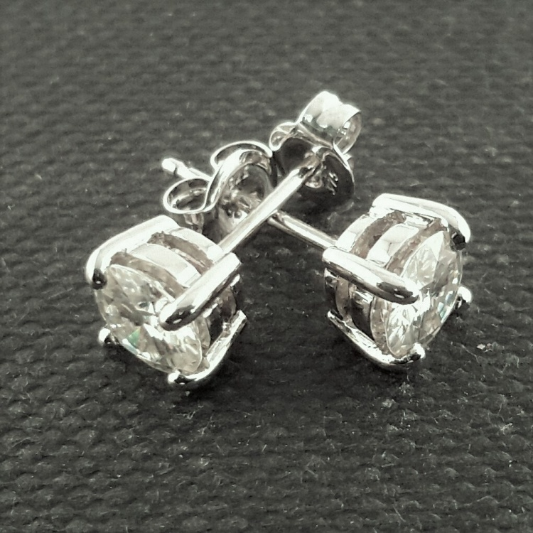 Beautiful Solid gold 5.0mm, 1ct Moissanite studs